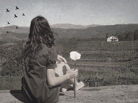 mulher-de-costas-flor-na-mão
